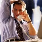Мужчина разговаривает по телефону