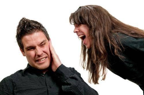 Девушка кричит на парня