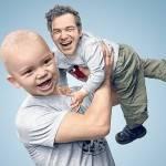 Ребенок держит отца