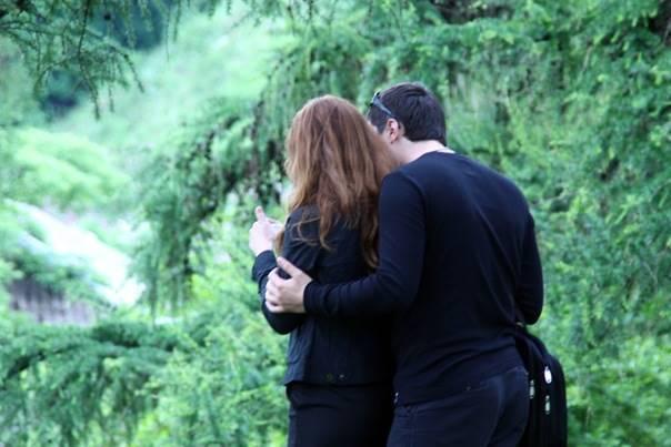 Парень с девушкой в ботаническом саду