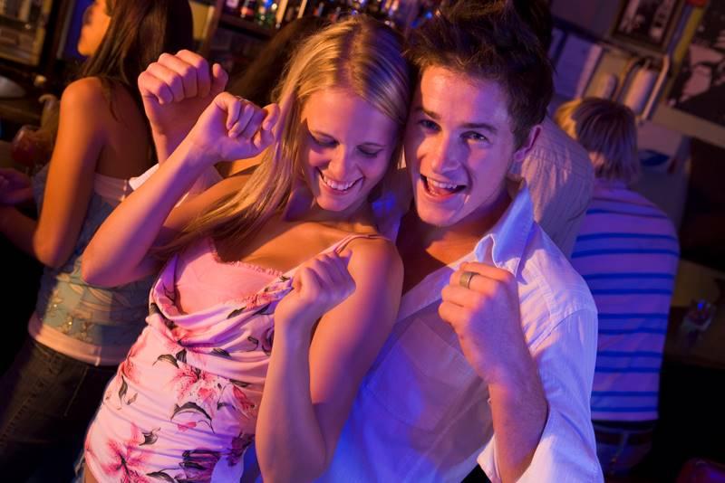 Парень с девушкой танцуют