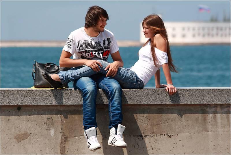 Парень с девушкой отдыхают на набережной