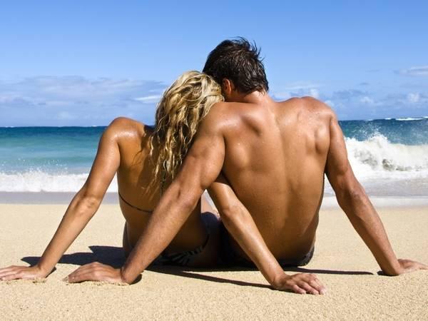 Девушка и парень на море
