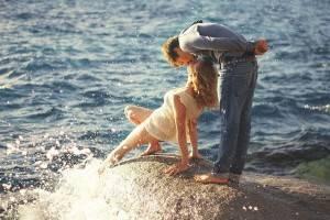 Парень целует женщину