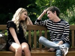 Девушка говорит с парнем