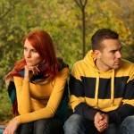 Девушка и парень смотрят в разные стороны