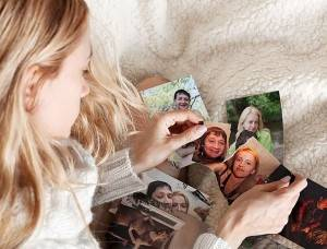 Девушка рвет фото