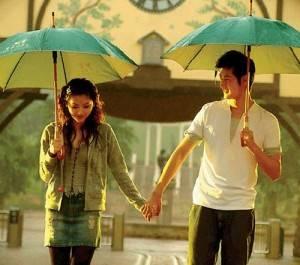 Парень и девушка под зонтиками