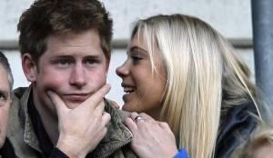 Девушка утешает парня