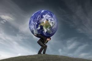 Мужчина держит планету