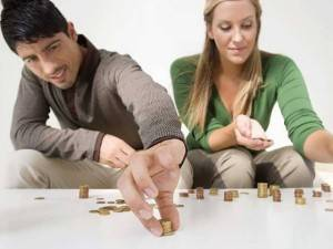 Парень с девушкой считают деньги