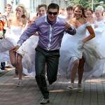 За мужчиной бегут невесты