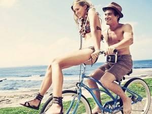 Парень катает девушку на велосипеде