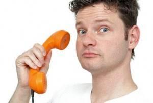 Парень берет телефон