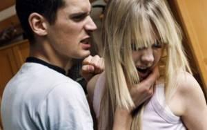 Парень пытается ударить девушку