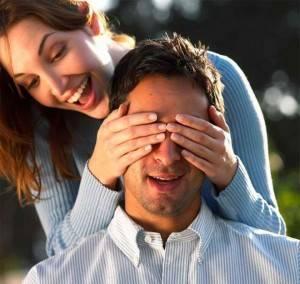 Девушка закрыла руками глаза мужчине
