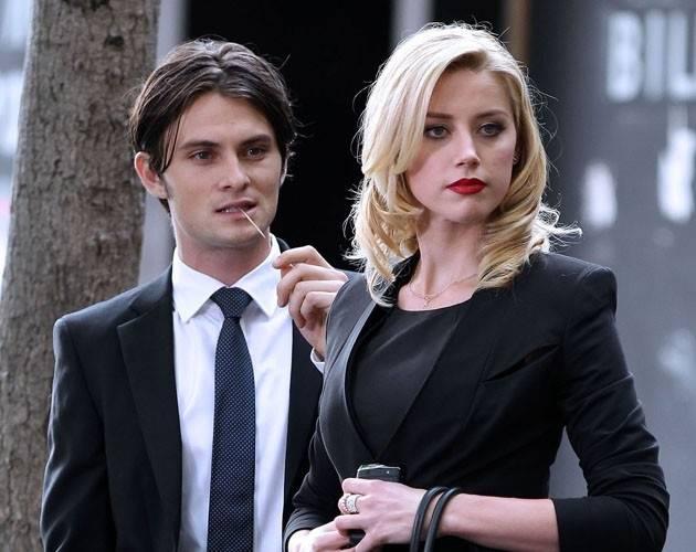 Парень и девушка в костюме