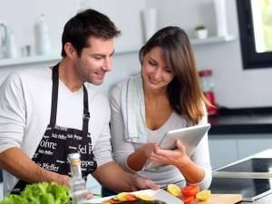 Жена учит мужа готовить
