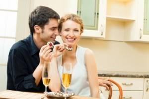 Парень с девушкой кушает