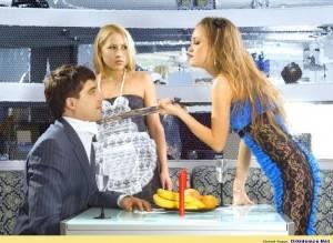 Девушка тянет парня за галстук