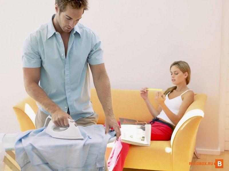 Муж гладит одежду