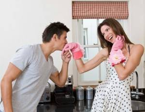 Муж целует жене руку