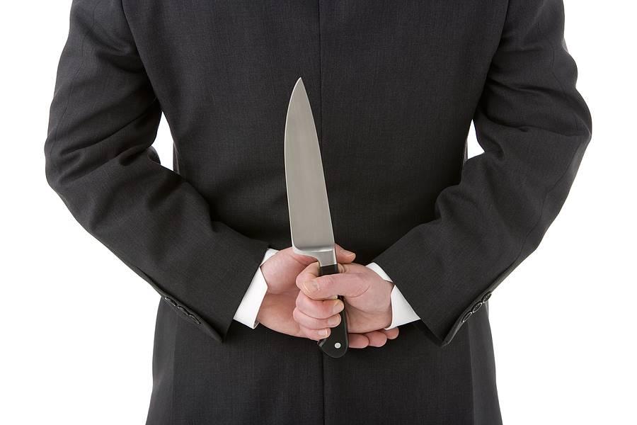 Парень держит нож за спиной