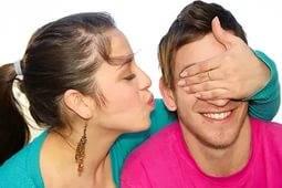 Девушка неожиданно целует парня