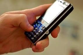 Парень держит телефон