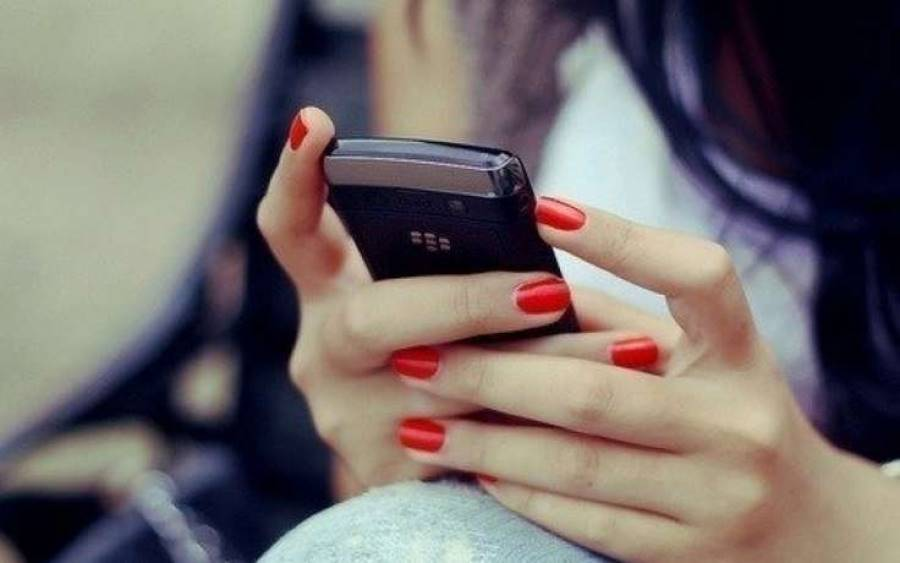 Девушка смотрит свой телефон