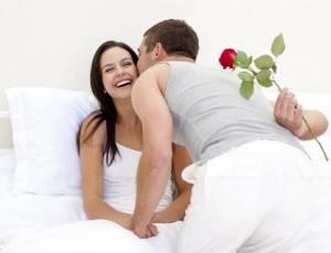 Муж дарит жене цветок