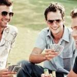 Парень играет в карты с друзьями