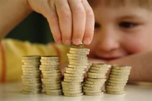 Мальчик считает деньги