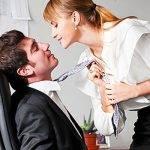 Девушка держит парня за галстук