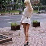 Девушка одета вызывающе