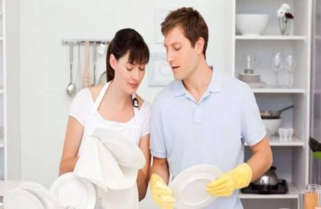 Муж с женой моют посуду