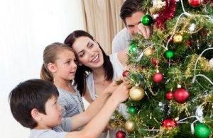 Семья наряжает ёлку