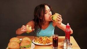 Моя девушка много ест, что делать