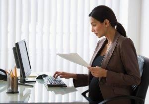 Девушка на работе смотрит в монитор