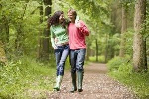 53. Девушка и парень гуляют на природе.