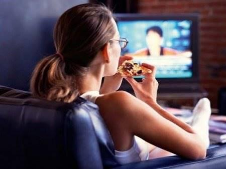 53. Девушка смотри телевизор