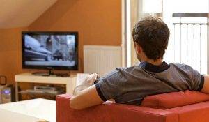 53. Парень смотрит телевизор