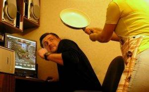Жена ругает мужа из-за игр
