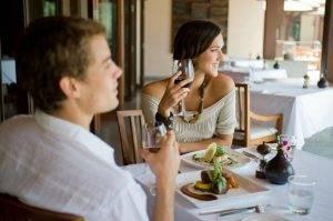 Парень с девушкой в ресторане