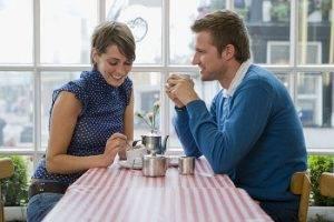 Мужчина с женщиной пют кофе