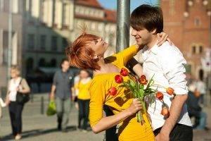 Парень подарил девушке цветы